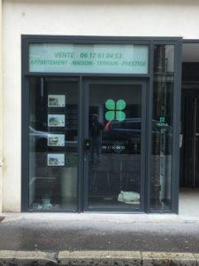 Habillage d'une devanture d'une agence immobilière avec adhésif (création graphique + impression du support et pose)